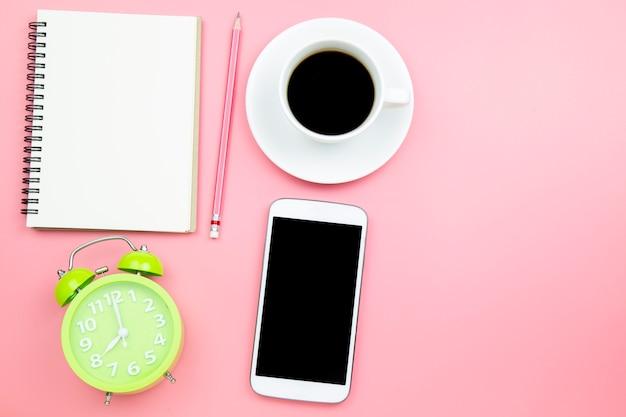 Horloge de café noir portable téléphone portable sur fond rose Photo Premium