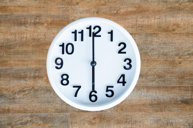 Horloge sur fond de bois Photo gratuit