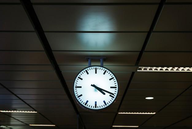 Horloge sur une gare Photo gratuit