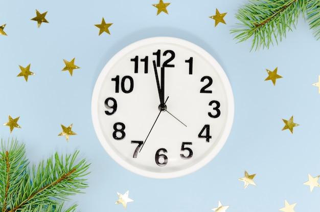 Horloge De Minuit Avec étoiles Dorées Et Feuilles De Pin Photo gratuit