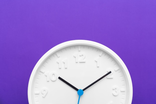 Horloge Murale Sur Fond De Couleur Photo Premium