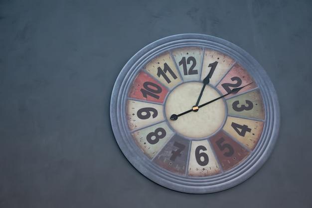 Horloge murale moderne suspendu au ton vintage du mur. Photo Premium