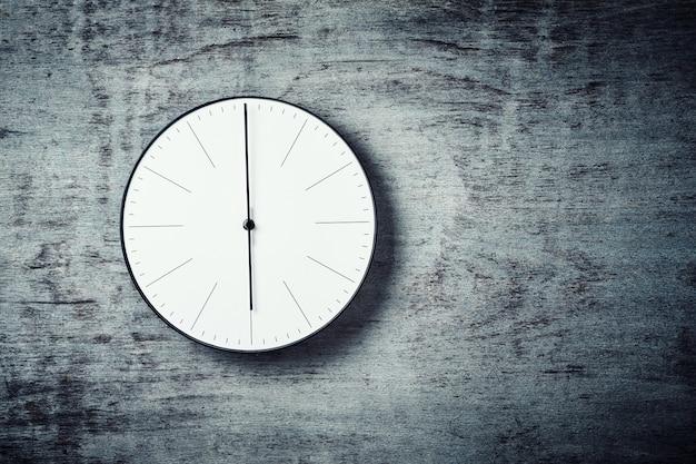 Horloge murale ronde classique sur un fond en bois avec espace de copie Photo Premium