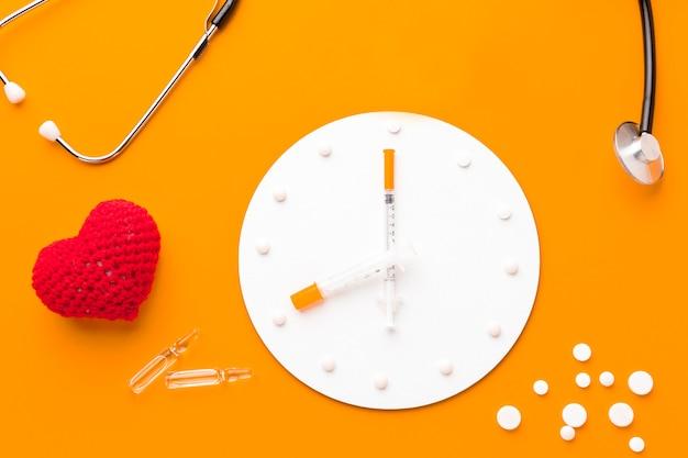 Horloge Avec Pilules à Côté Photo gratuit
