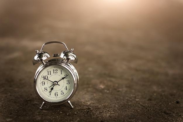 Horloge rétro sur sol en brique Photo Premium