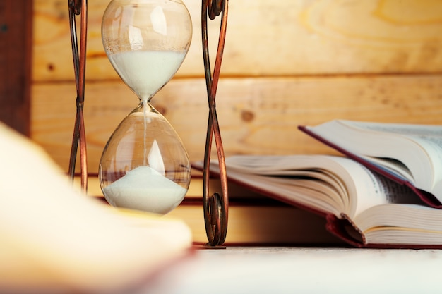 Horloge De Sablier Bouchent Sur Une Table Photo Premium