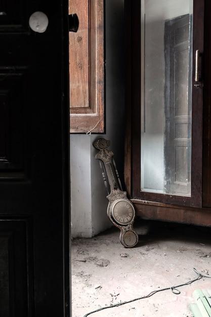 Horloge sur le sol dans une maison abandonnée Photo Premium