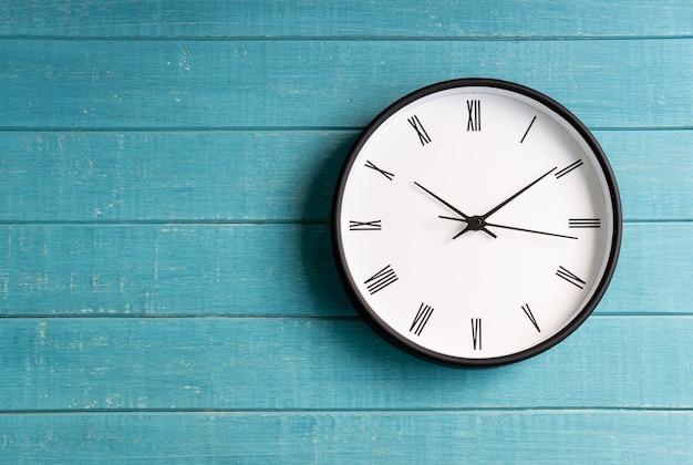 Horloge vintage avec chiffres romains sur fond en bois Photo Premium