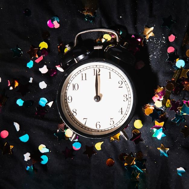 Horloge Vue De Dessus Avec Des Confettis Colorés Photo gratuit