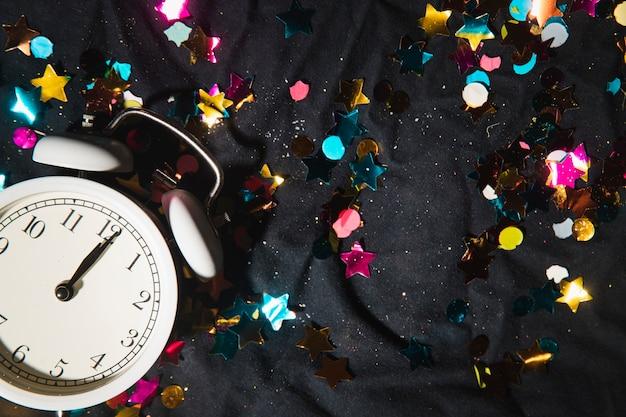 Horloge Vue De Dessus Et Confettis Colorés Photo gratuit