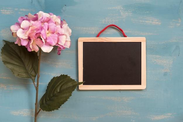 Hortensias roses avec tableau noir Photo gratuit