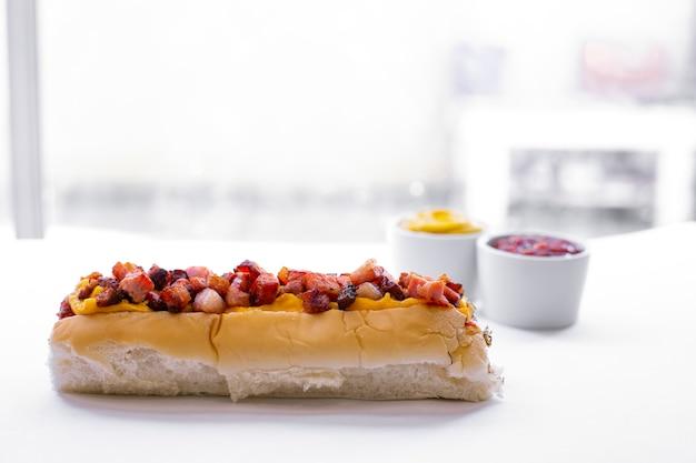 Hot dog avec menu de restauration rapide avec chips de pomme de terre, ketchup et mayonnaise - image Photo Premium
