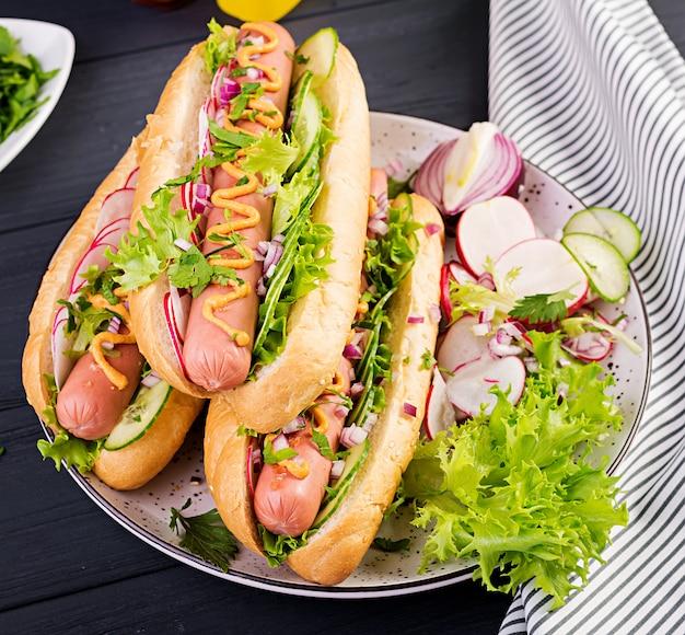 Hot-dog Avec Saucisse, Concombre, Radis Et Laitue Photo Premium