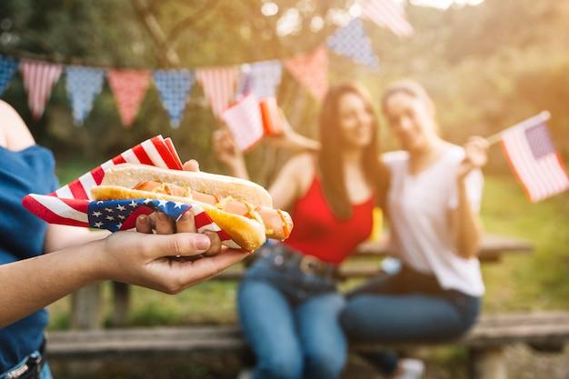 Hot-dog en serviette américaine Photo gratuit