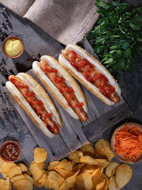 Hot Dogs, Chips, Sauces Sur La Table Photo Premium