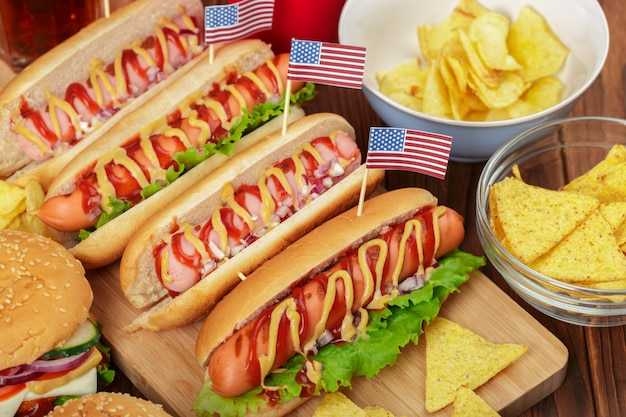 Hot dogs sur fond en bois Photo Premium