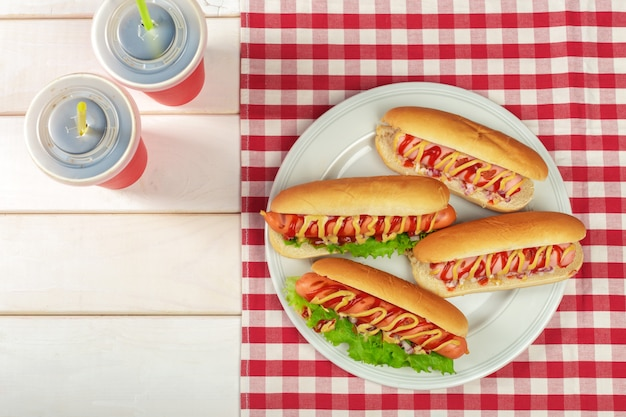 Hot dogs sur fond en bois Photo Premium
