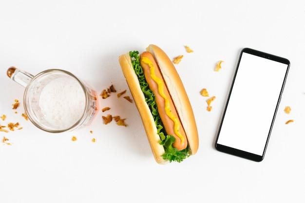 Hot lay plat avec maquette de smartphone Photo gratuit