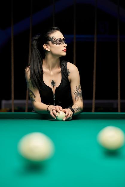 Hot Sexy Jeune Femme Jouant Au Billard. Femme Au Tatouage, Brune Sexy. Photo Premium