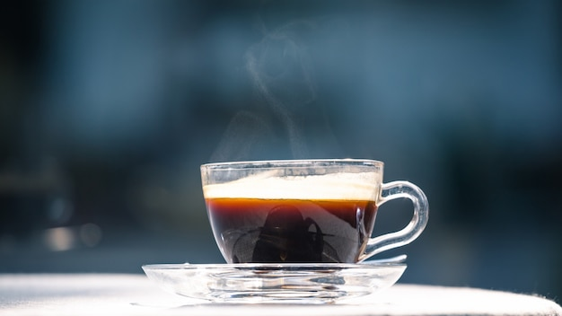 Hot tasse de café noir sur la table Photo Premium