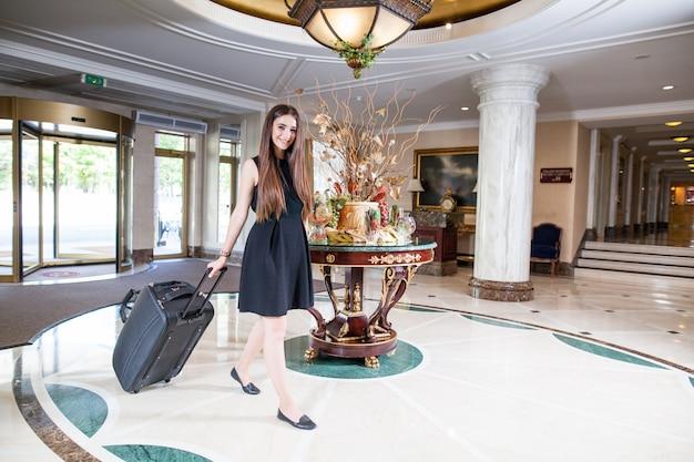 Un Hôtel De Luxe Cinq étoiles Accueille Les Clients Le Week-end. Photo Premium