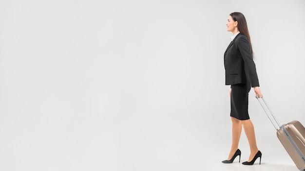 Hôtesse va avec valise Photo gratuit