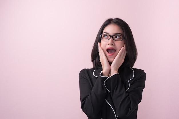 Hou la la! femme asiatique surpris expression du visage. Photo Premium