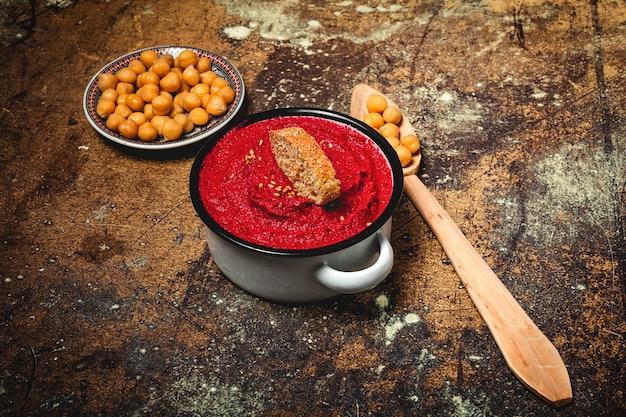 Houmous de betterave rouge fait maison avec pois chiches Photo Premium