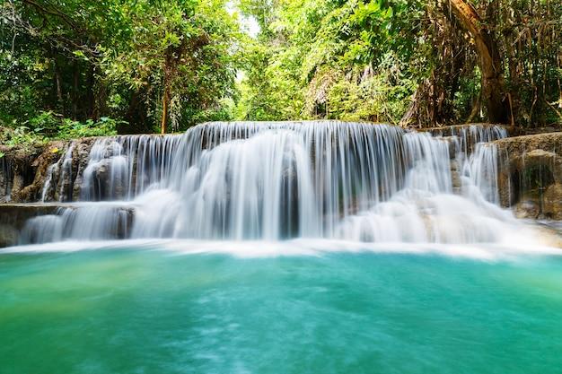 Huay mae kamin chute d'eau Photo Premium