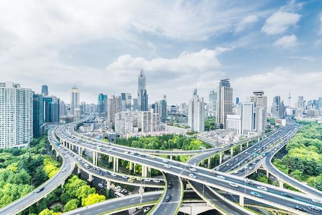 Le hub de trafic de viaduc et architecture moderne, shanghai, chine. Photo Premium