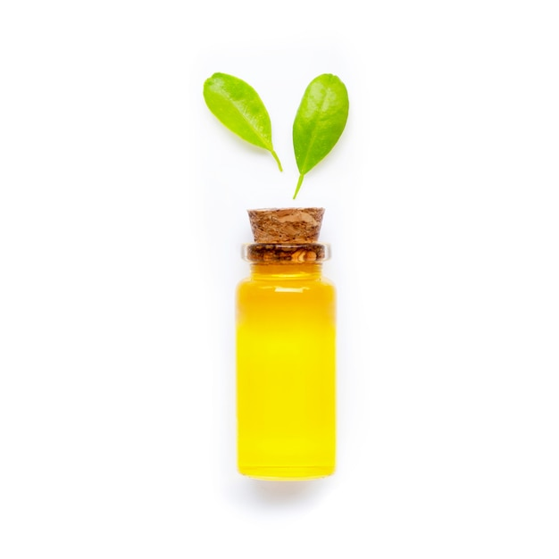 Huile D'agrumes Naturelle Avec Des Feuilles Vertes Sur Fond Blanc. Haute Vitamine C. Photo Premium