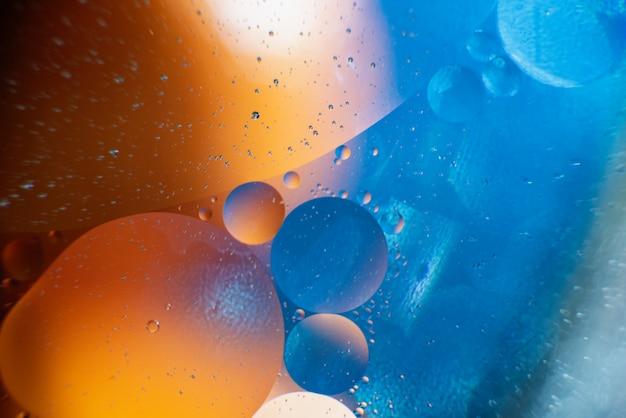 Huile avec des bulles sur un fond coloré. abstrait mise au point sélective douce Photo Premium