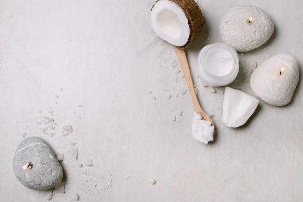 Huile De Coco, Bougies Et Serviettes Photo gratuit