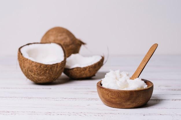 Huile de coco dans un bol en bois Photo gratuit