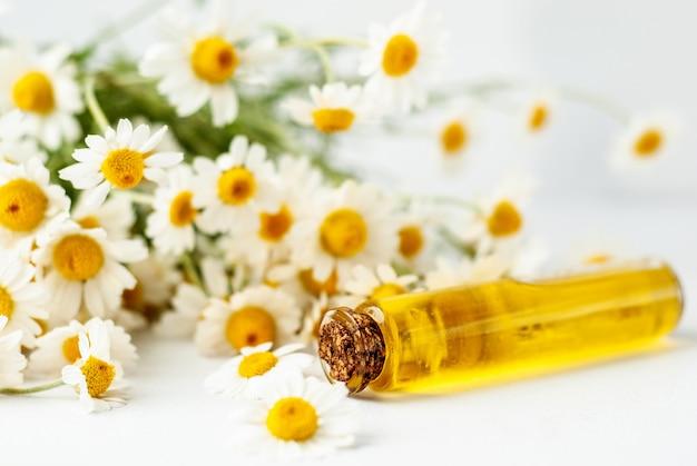 Huile essentielle aromatique à la camomille Photo Premium
