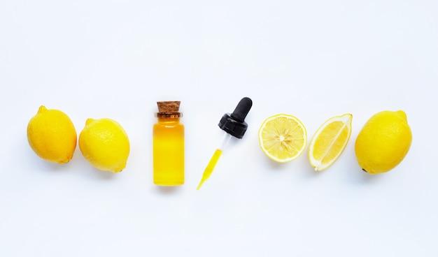 Huile essentielle au citron sur blanc. Photo Premium