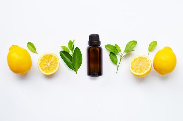 Huile essentielle de citron frais aux feuilles isolées Photo Premium