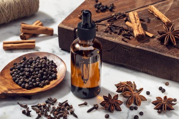Huile Essentielle De Graines Aromatiques Sur Une Bouteille En Verre Photo Premium
