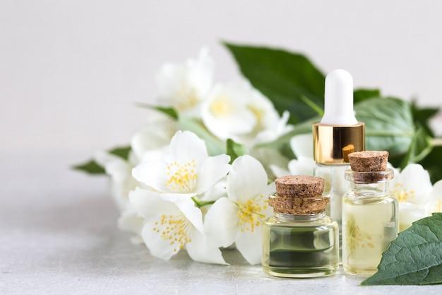 Huile essentielle de jasmin. huile de massage aux fleurs de jasmin Photo Premium