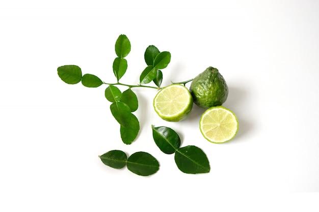Huile essentielle de kaffir au citron vert utilisée dans les spas. Photo Premium