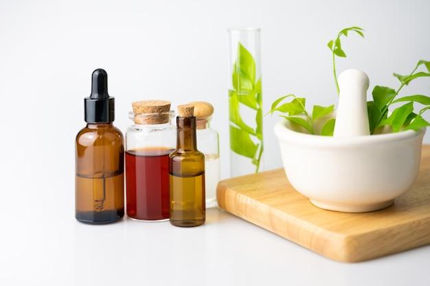 Huile Essentielle Pour L'aromathérapie En Bouteille En Verre Sur Tableau Blanc, Phytothérapie Naturelle Photo Premium
