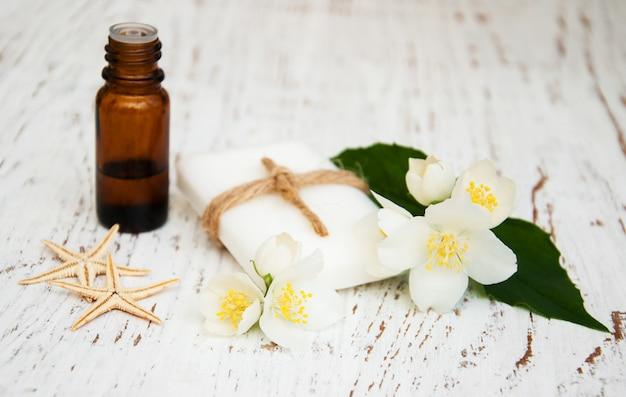 Huile essentielle et savon à la fleur de jasmin Photo Premium