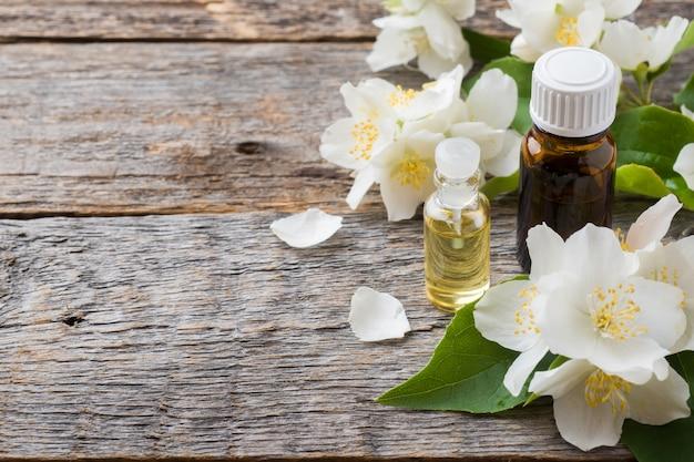 Huile de jasmin aromathérapie à l'huile de jasmin. Photo Premium