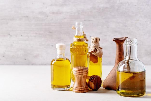 Huile d'olive en bouteilles de verre Photo Premium