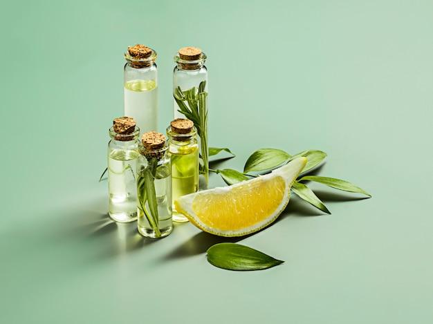 L'huile D'olive Et La Branche D'olivier Sur La Table En Bois Photo gratuit