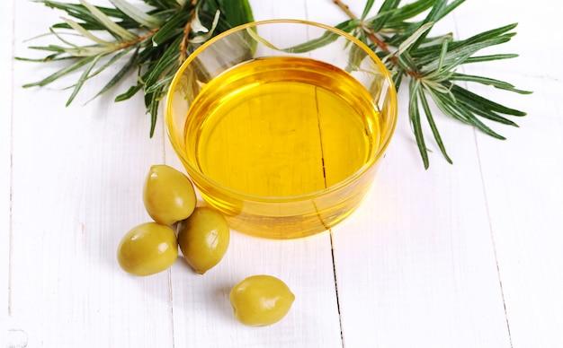 L'huile D'olive Dans Un Bol Photo gratuit