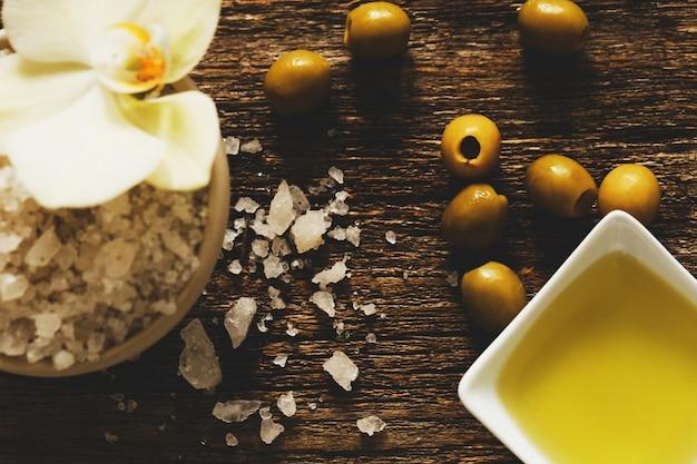 L'huile D'olive Avec Des Fleurs Photo gratuit