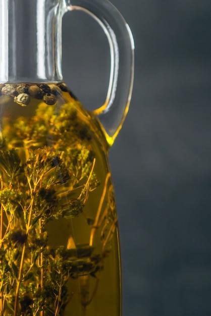 Huile D'olive Naturelle Jaune Transparente Avec Des épices à L'intérieur Dans Une Bouteille En Verre Se Bouchent. Photo Premium