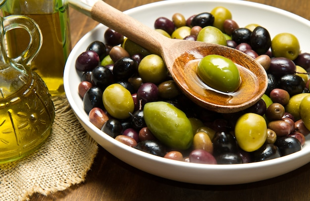 Huile D'olive Et Olives Photo Premium