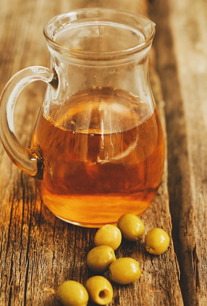 Huile D'olive En Pot Aux Olives Photo gratuit